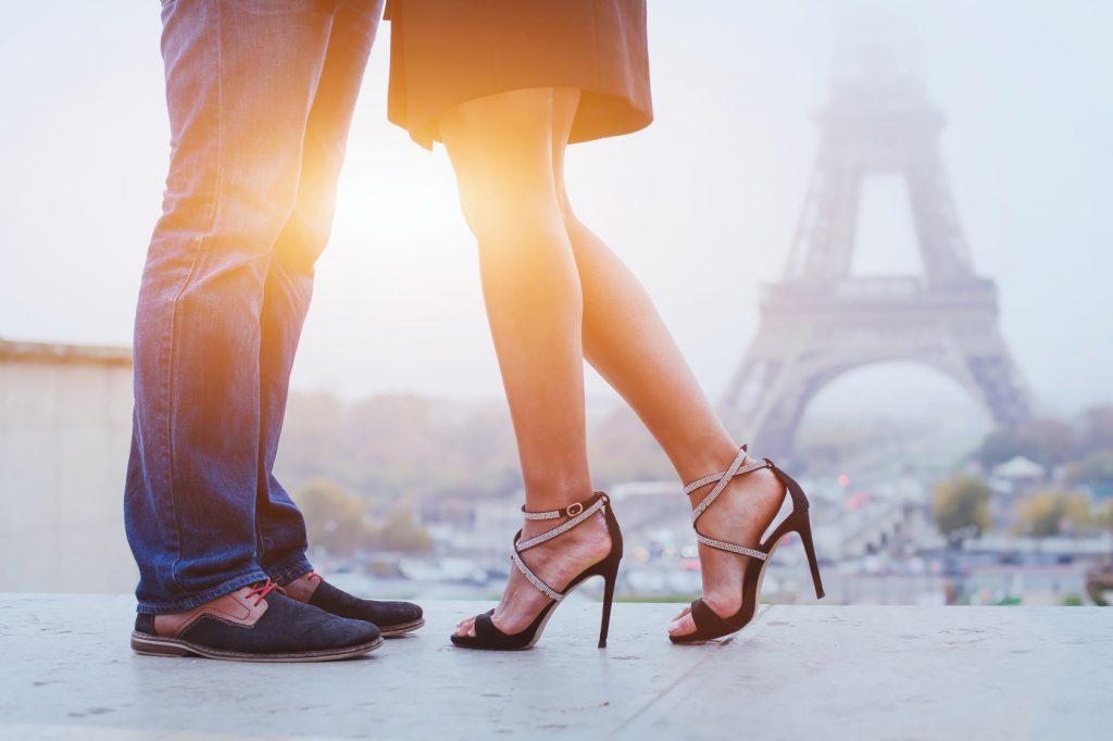 Heiratsantrag neben dem Eiffelturm