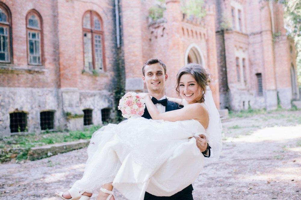 Hochzeitsbrauch Braut über Schwelle tragen