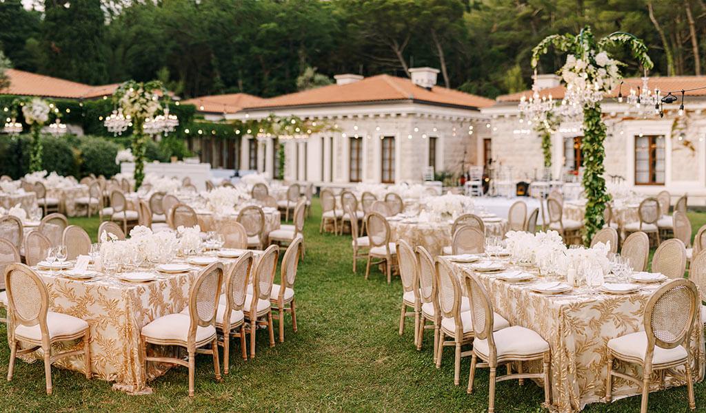 Die Tischordnung auf einer Hochzeit